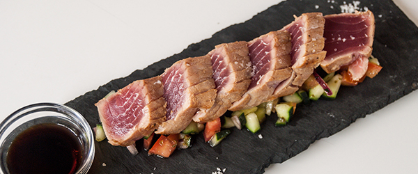 Tataki de atum fresquinho com salada montanheira