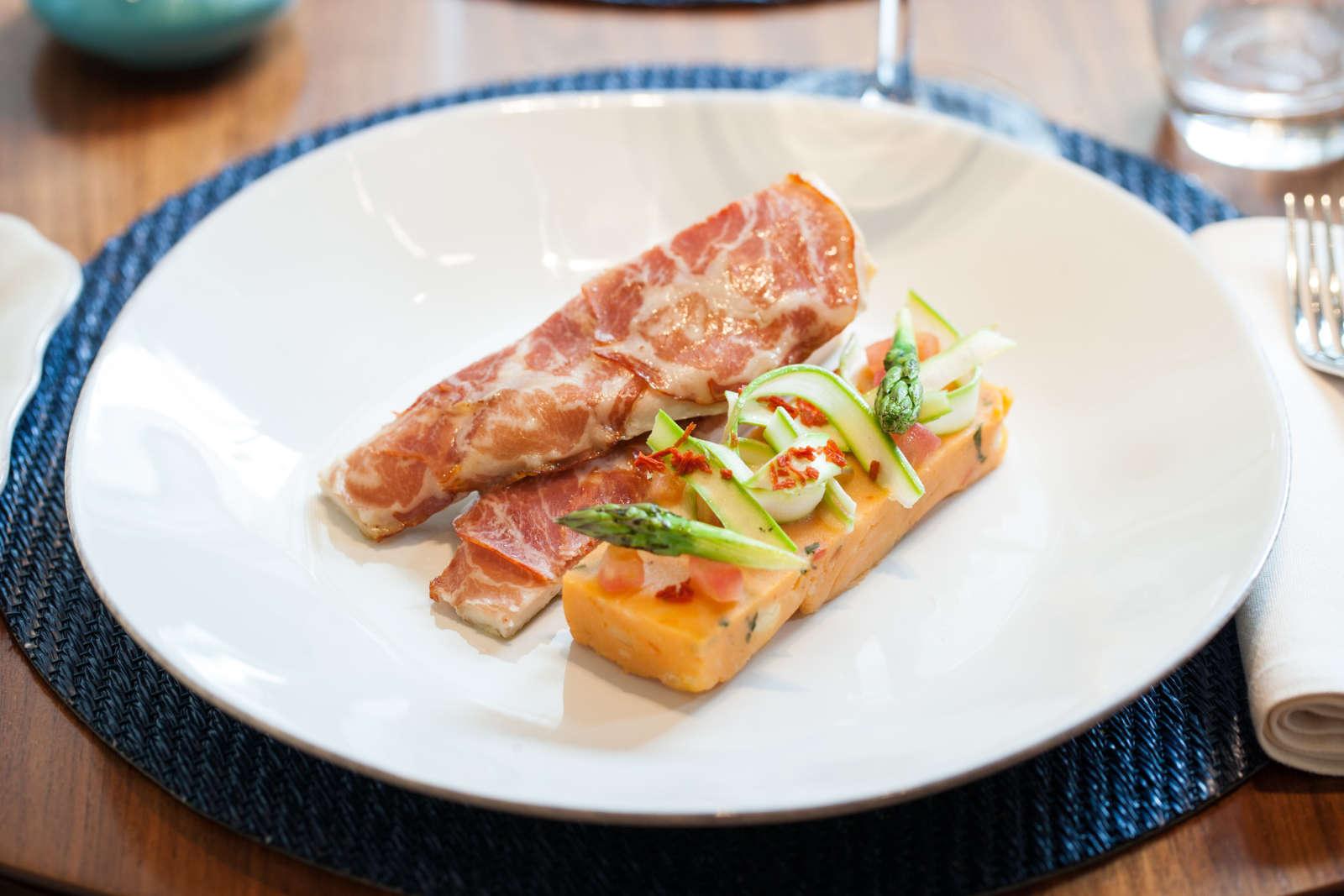 O frango e a cupita alentejana, esmagada de batata e vinagrete de espargos