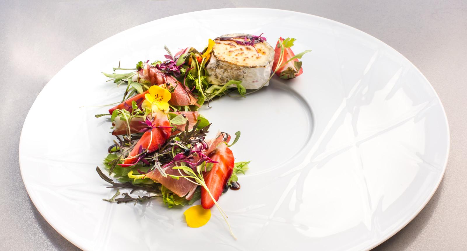 Salada de presunto, queijo chèvre da Maçussa e morango em redução balsâmica