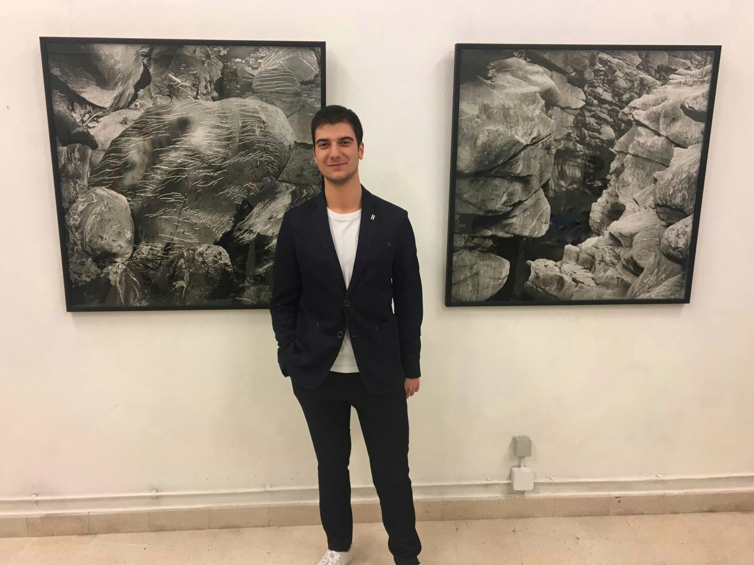 Maxime Porto, Director da galeria, junto de duas obras de Samuel Matzig